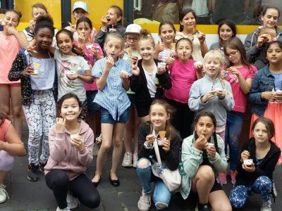Belohnungs-Eis für Kinder der Theater- und Tanz-AG